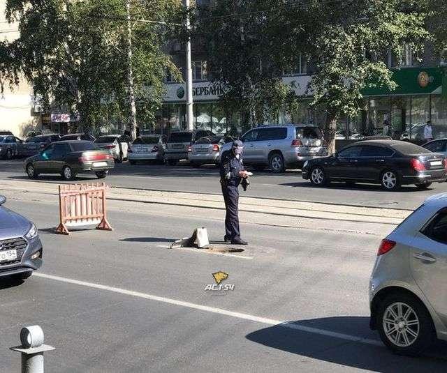 У Новосибірську вилетів з-під коліс КамАЗа люк влетів у легковик (4 фото)