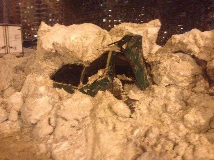 Снігоприбиральна машина розчавила автомобіль, прийнявши його за купу снігу (4 фото)