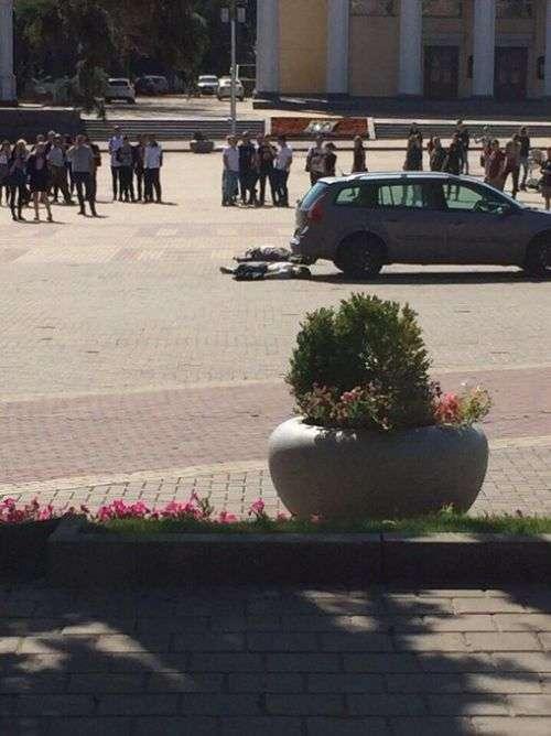 У центрі Бєлгорода чоловік вивантажив труп і спробував застрелитися (3 фото + відео)