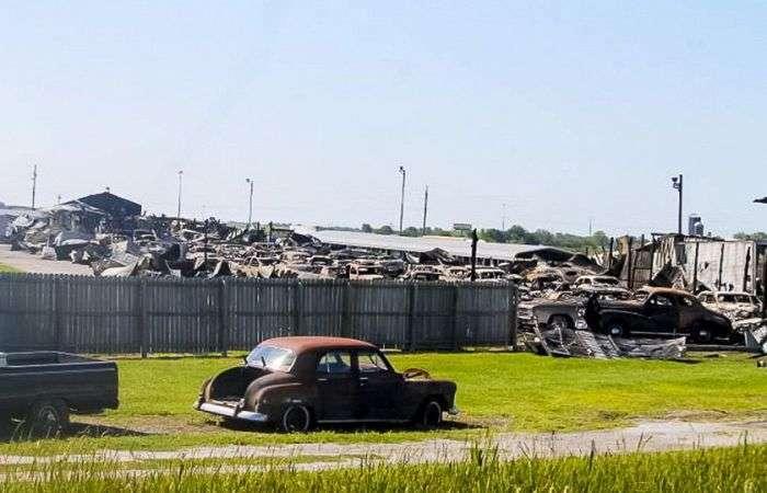 В Іллінойсі згоріло 150 ретромобілів (11 фото)