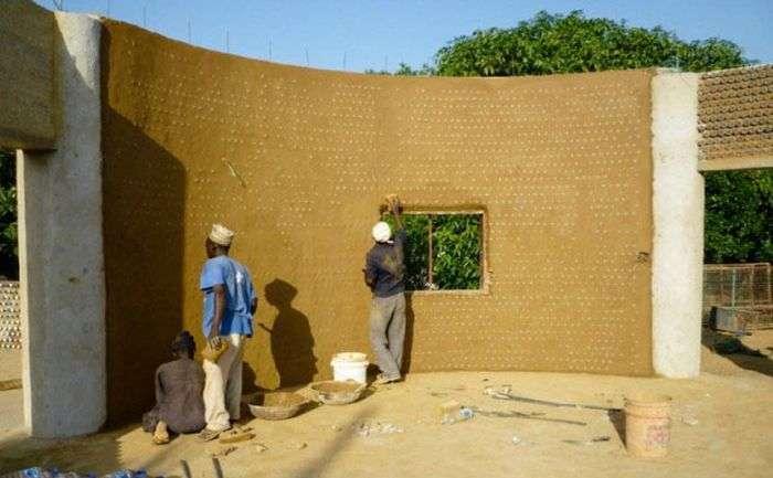 У Нігерії почали будувати будинки з пластикових пляшок (7 фото)
