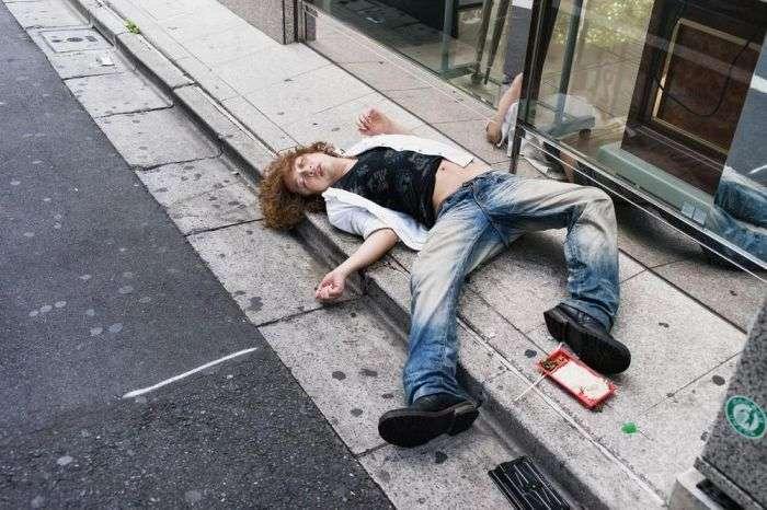 Пяні люди сплять на вулицях японських міст (10 фото)