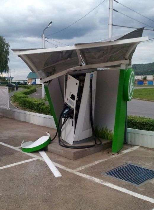 В Альметьєвська бензовоз вїхав у станцію для зарядки електромобілів (3 фото)