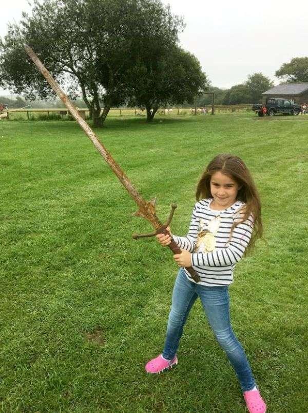 Дівчинка знайшла меч в озері з легенди про короля Артура (4 фото)
