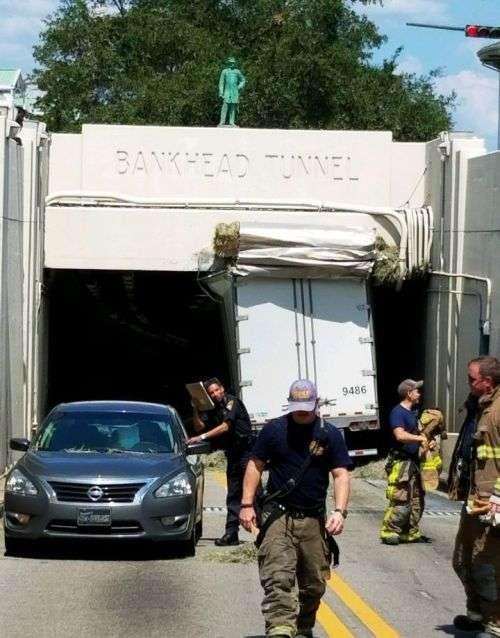 У США вантажівка застряг в тунелі, через те, що водій не врахував висоту (4 фото)