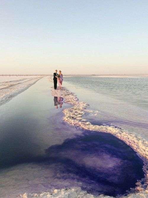 Солоне озеро Баскунчак пофарбували у фіолетовий колір для весільної фотосесії (8 фото)