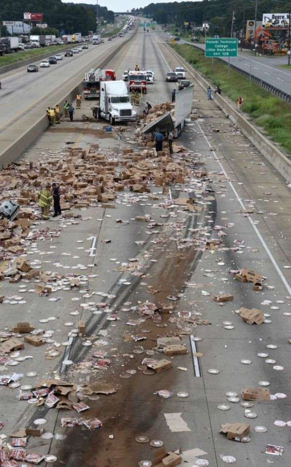 Сотні коробок з піцою на трасі в Арканзасі (2 фото + відео)