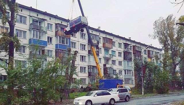 У Бійську автокран підняв «ГАЗель» до вікон квартири на пятому поверсі (2 фото)