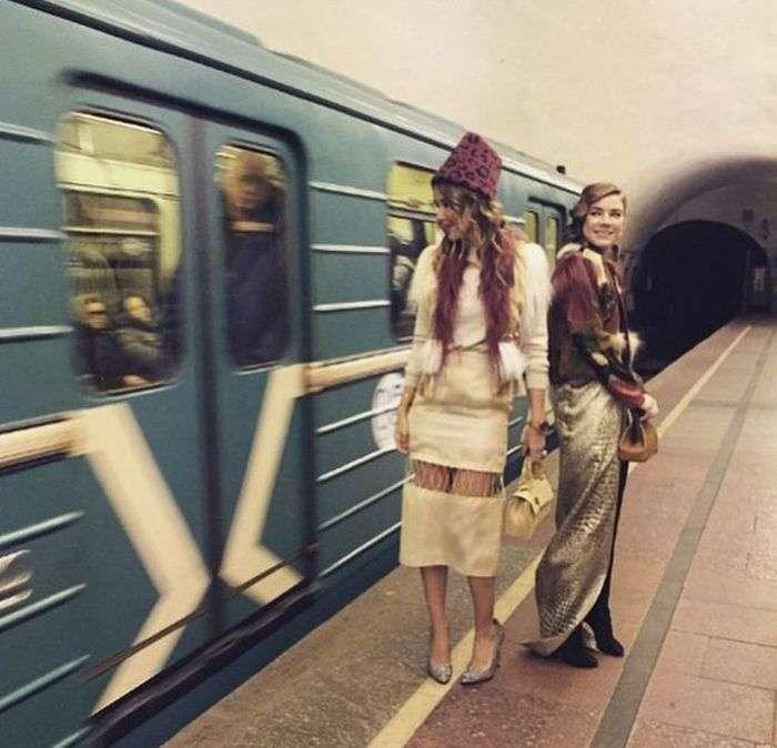 Милі дівчата в російському метро (29 фото)
