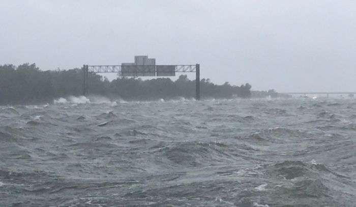 Ураган «Харві»: коли океан поглинає все навколо (2 фото)