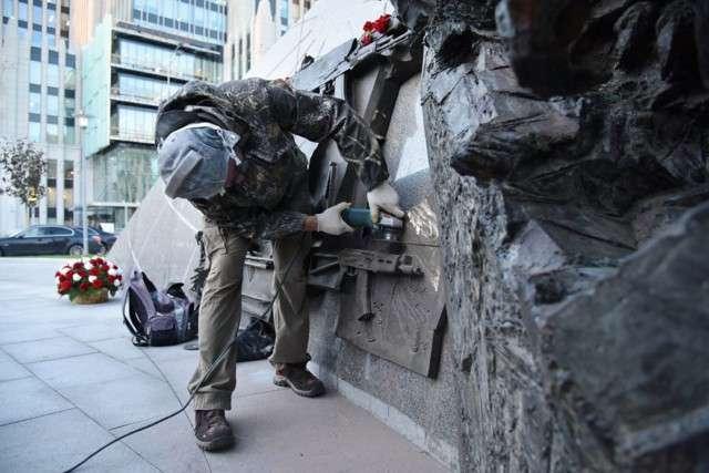 З нового памятника Калашникову зрізали схему німецької гвинтівки (8 фото + відео)