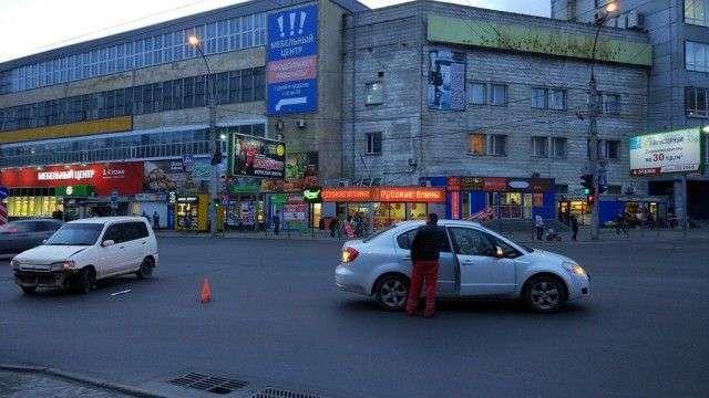 У Новосибірську автомобіліст навмисно таранить машини порушників ПДР (4 фото)