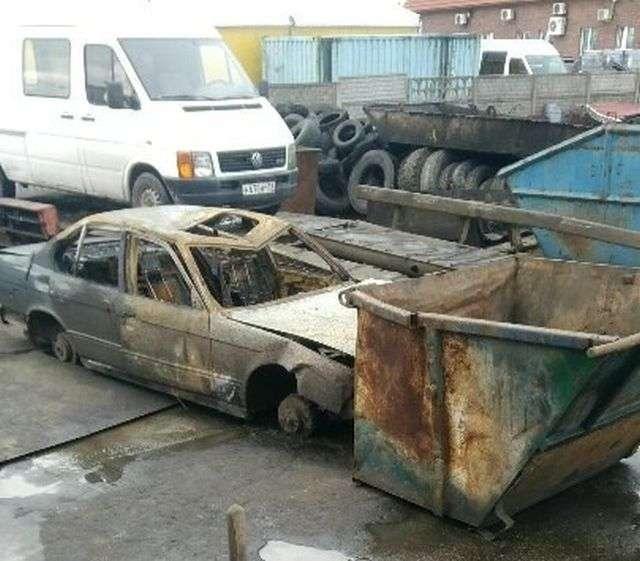 У Калінінграді ще гарячий кузов згорілого авто здали на металобрухт (2 фото)