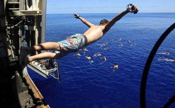 Військові купаються у відкритому морі (21 фото)