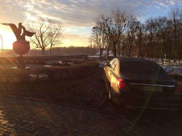 У Києві розкішний Mercedes S-Class припаркували прямо в грязі (7 фото)