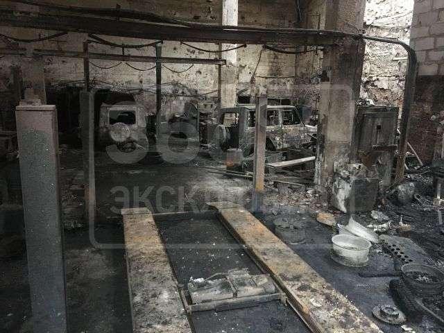У московському автосервісі згоріли пять позашляховиків Mercedes-Benz G500 (3 фото)