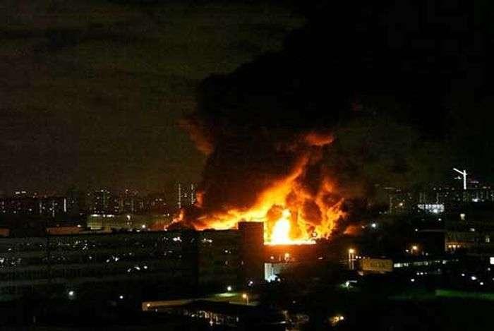 У Москві більше 60 пожежних розрахунків гасили пожежу на складі (14 фото + 3 відео)