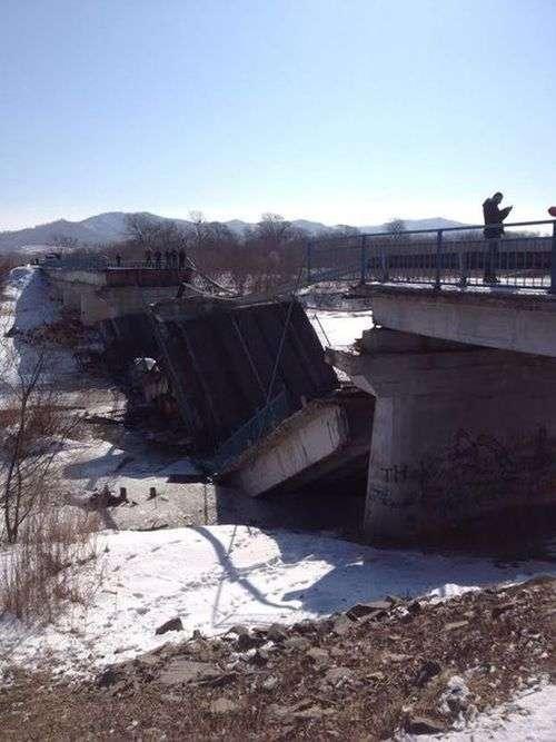У Приморї обвалився автомобільний міст (3 фото + відео)