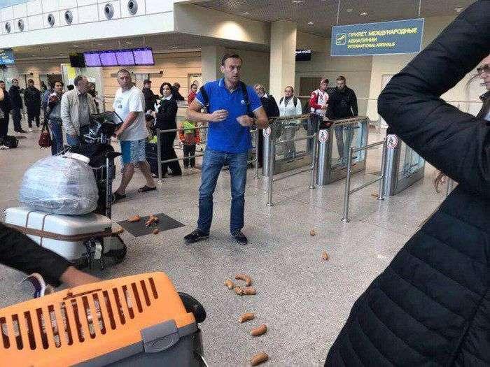 Олексія Навального обвішали сардельками в аеропорту (3 фото + відео)