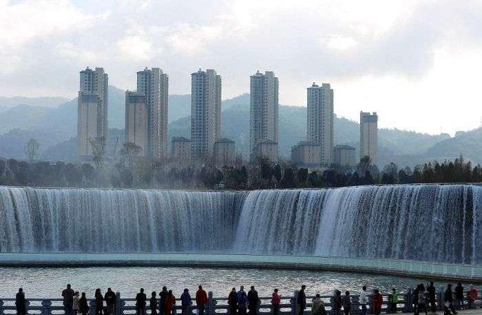 Штучний водоспад у місті Куньмін (5 фото)