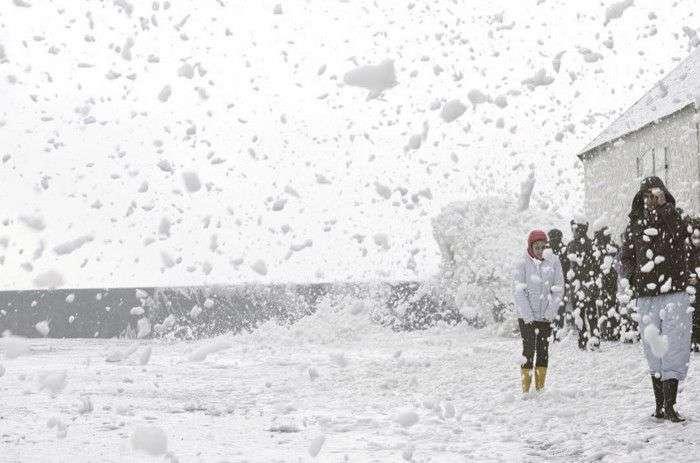 Що обрушився на Європу шторм покрив морською піною місто Пенмарш (8 фото + 2 відео)
