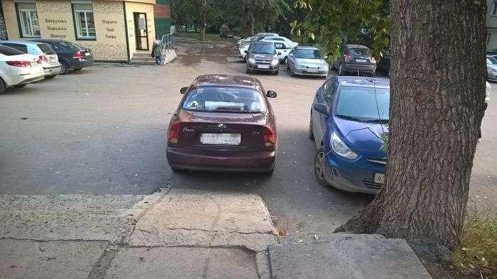 Автоледі порахувала пандус небезпечним і перекрила заїзд на нього (3 фото)