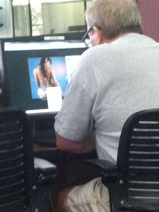 Люди, спіймані на перегляді порно в публічних місцях (20 фото)