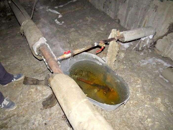 У Єкатеринбурзі комунальники «усунули» текти, підставивши під трубу старий таз (3 фото)