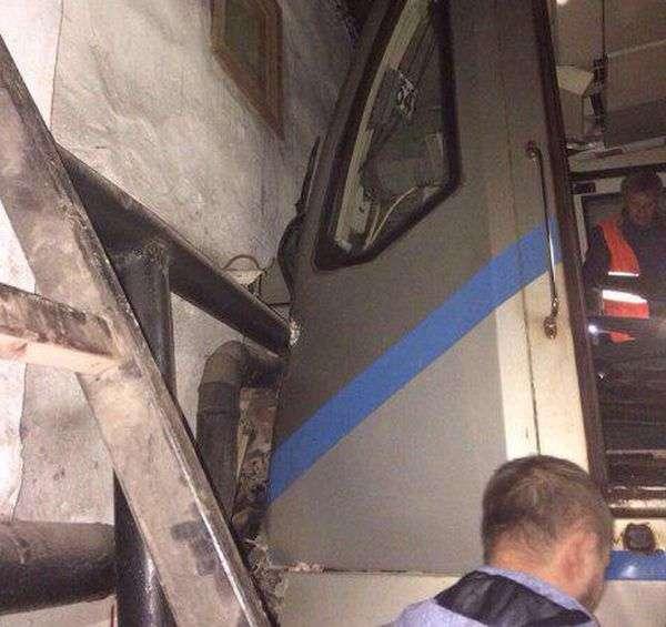 У московському метро поїзд врізався в стіну (2 фото)