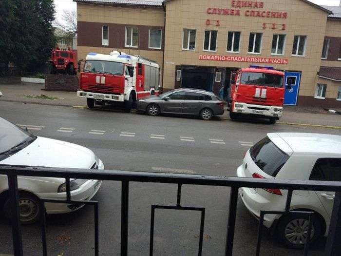 Пожежні провчили водія (3 фото)