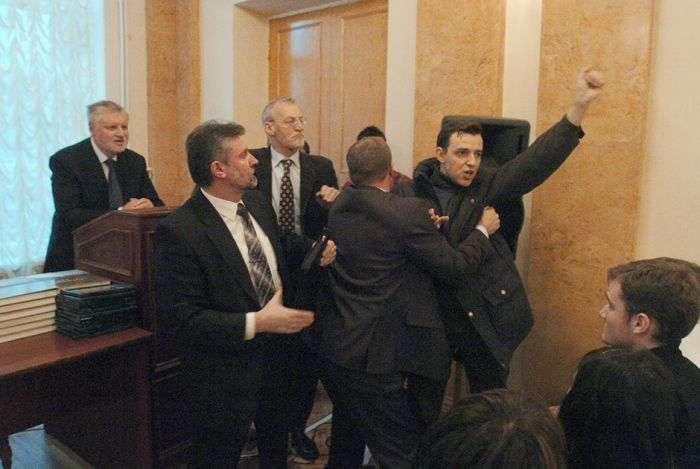 Чим закидали політиків незадоволені громадяни (12 фото)