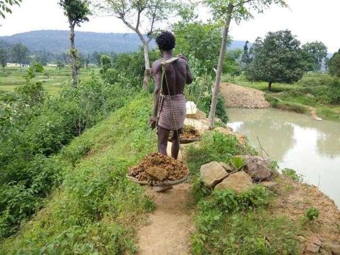 Житель Індії витратив 27 років життя, щоб вирити ставок (2 фото)