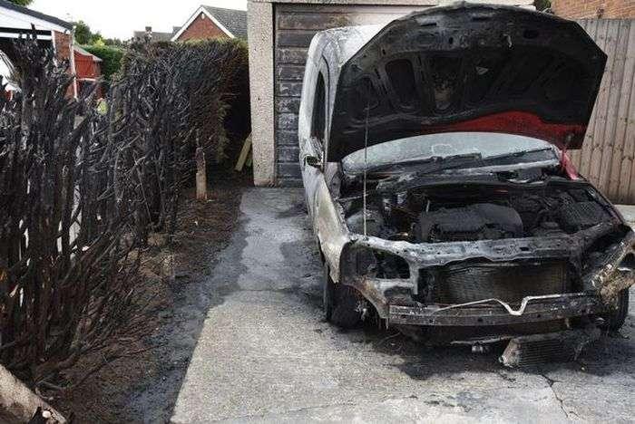 Англієць, який боровся з бурянами паяльної лампи, влаштував пожежу (3 фото)