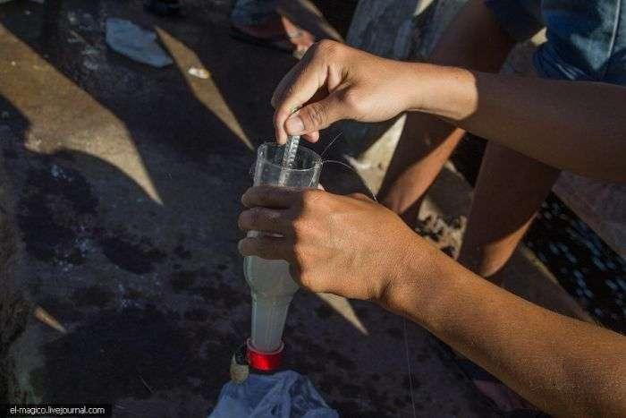 Нехитра вєтнамське пристосування для рибної ловлі з пластикової пляшки (7 фото)