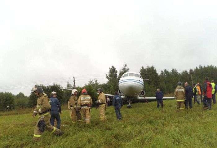В аеропорту «Раменське» літак ЯК-40 викотився за межі злітно-посадочної смуги (2 фото)
