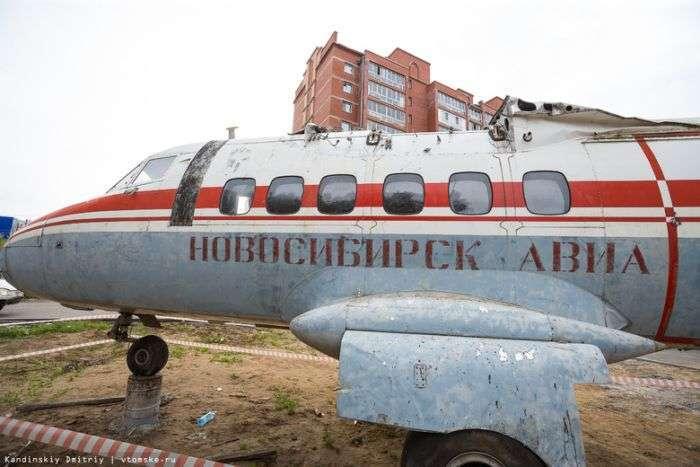 У Томську у дворі житлового будинку встановили літаків (4 фото)