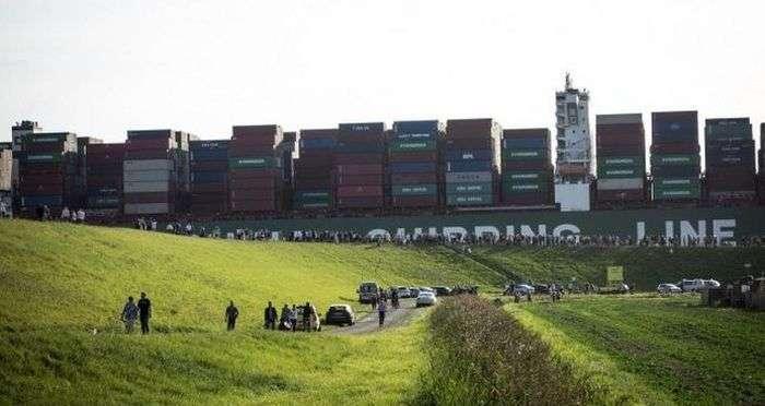 16 буксирів допомагали севшему на мілину контейнеровозу CSCL Jupiter (3 фото + 2 відео)