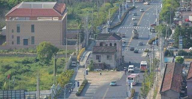 У Шанхаї знесли будинок, що стояв посеред шосе протягом 14 років (6 фото)