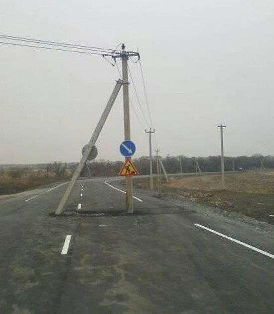У Приморї стовп заасфальтували дорогу (2 фото + відео)