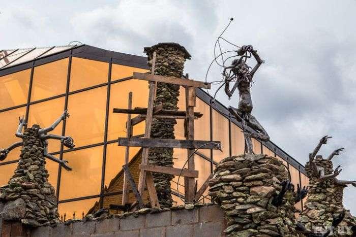 Під Мінськом бізнесмен побудував будинок з чортами (16 фото)