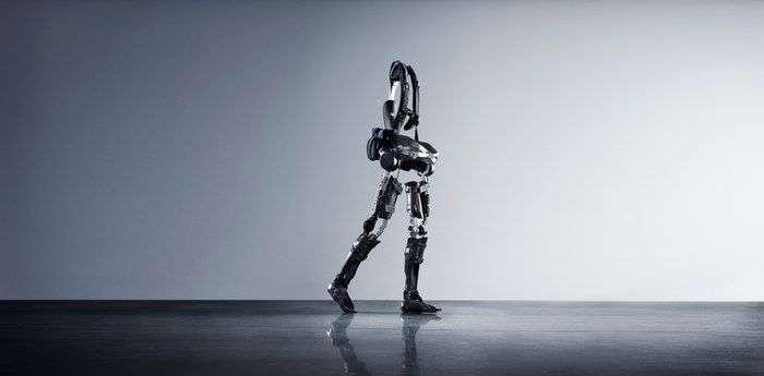 Американці створили новий екзоскелет, який дозволяє ходити людям з паралізованими ногами (4 фото)
