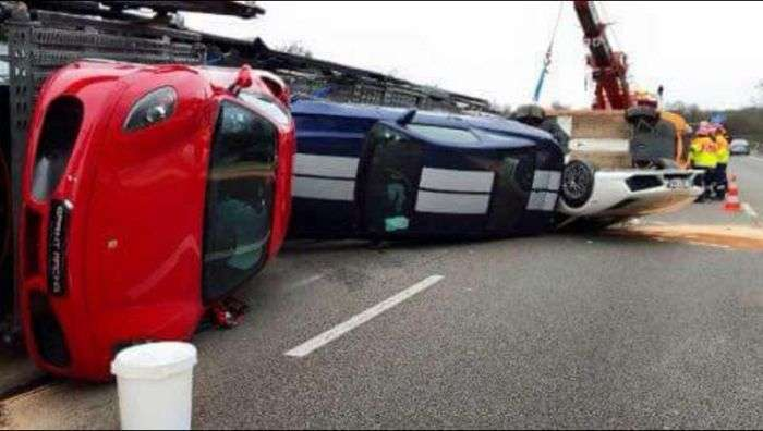 Водій автовоза перекинув 9 дорогих спорткарів (9 фото)
