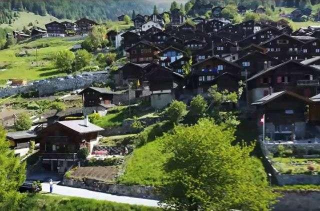 Швейцарська село готова заохочувати нових жителів грошовими грантами (14 фото)