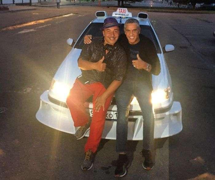 Актор Самі Насері, таксист Даніель з фільму «Таксі», прокотився по Ростову на копії машини з кіно (2 фото + відео)