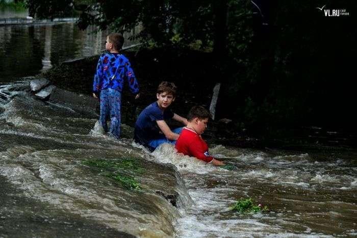 Підлітки в затопленому Уссурійську (2 фото)