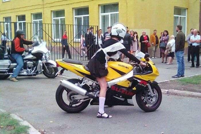 У Челябінську школярка вирушила на урочисту лінійку на байку (3 фото + відео)