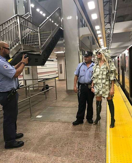 Модель Playboy спустилася в метро в сукні з грошових купюр (10 фото)