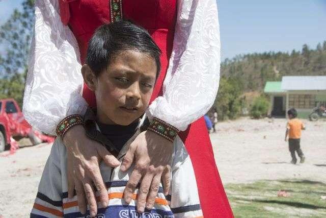 Як звичайна людина стала Богом для сільських жителів Гватемали (10 фото)