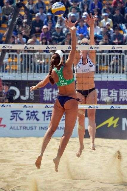 Дівчата, які грають у пляжний волейбол (29 фото)