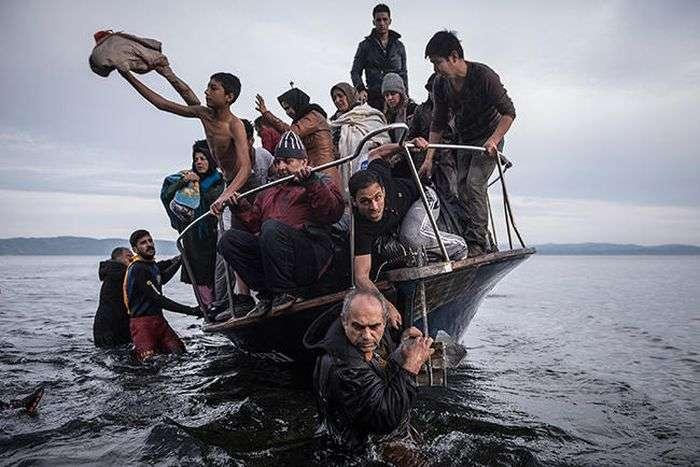 Премію World Press Photo у номінації «Фотографія року» отримав автор знімка з біженцями (3 фото)